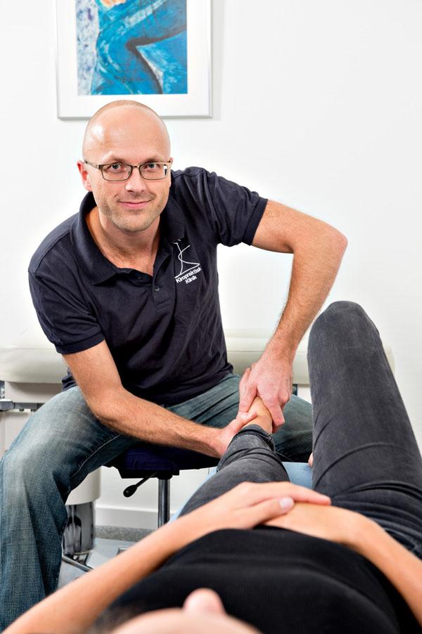 Kiropraktor Rune Martinsen foretager en kiropraktisk behandling